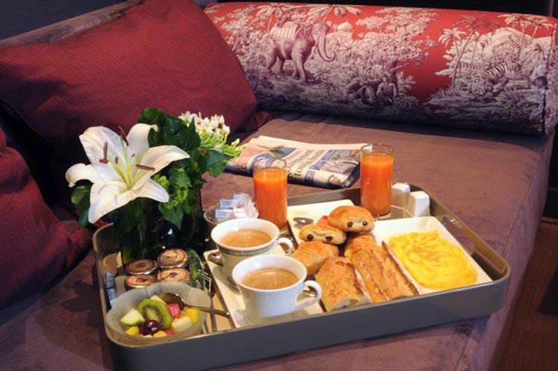 Hotel louison sur h tel paris for Table de petit dejeuner au lit