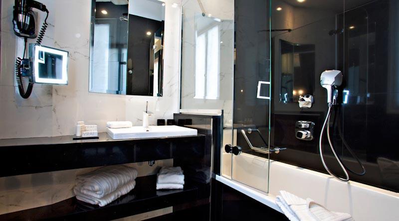 salle de bains de luxe avec coffret en bois et de lombre de verre - Salle De Bain De Luxe Avec Jacuzzi