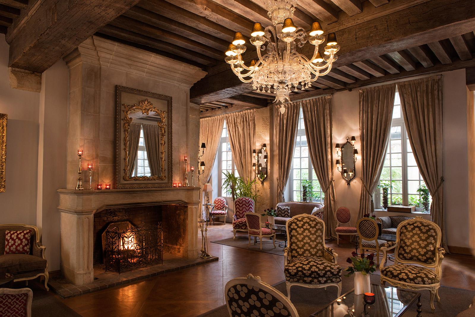 Les plus belles chemin es des h tels parisiens le magazine for Salon du bois paris